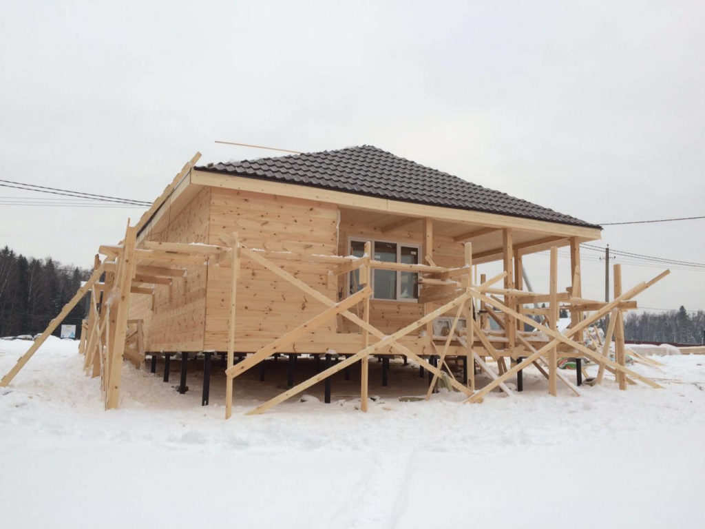 Фото каркасного дома на сваях